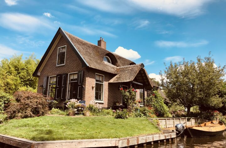 Boat trip in Giethoorn - enjoy the Dutch Venice for a day
